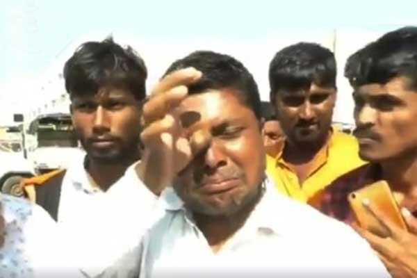 ভারতে পিয়াজের কেজি ৮ টাকা, কান্নায় ভেঙে পড়লেন কৃষক (ভিডিও)