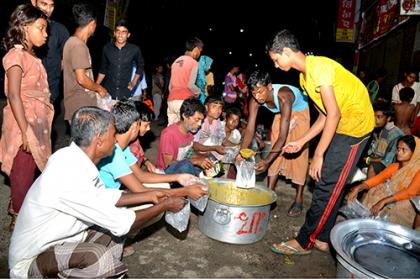 শত বছর ধরে অভাবীদের মাঝে খাবার বিতরণ করছে বগুড়ার আকবরিয়া হোটেল | 580577||  Bangladesh Pratidin